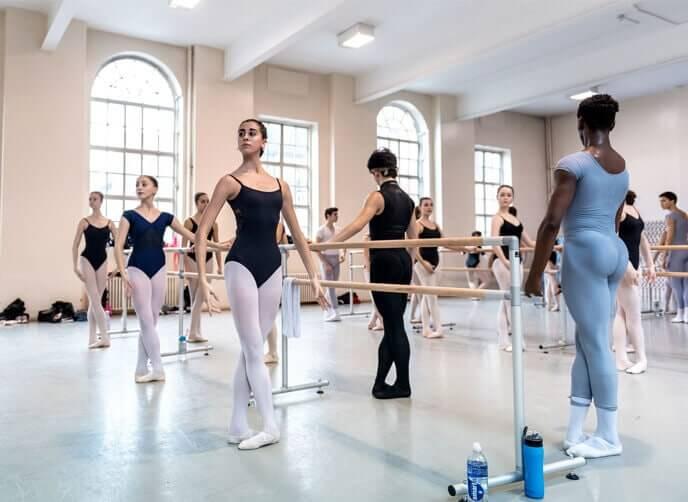 Balletttänzer bei Übungen an der Stange