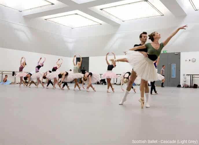Tänzer des Scottish Ballet beim Proben auf Harlequin Cascade Tanzteppich in Hellgrau