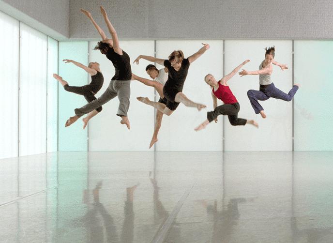 Mehrere Tänzer auf dem Harlequin Tanzboden am Trinity Laban Konservatorium in London