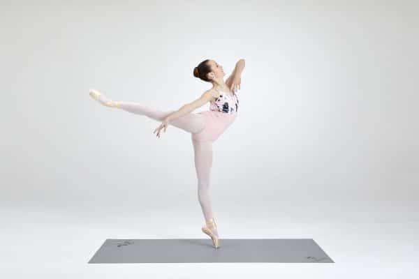 Harlequin Cascade Übungsmatte mit Tänzerin