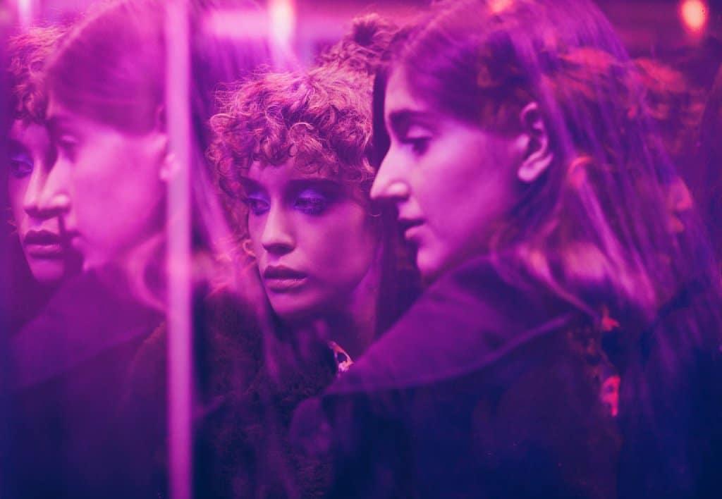 Las niñas de cristal - New Netflix drama filmed on Harlequin dance vinyl